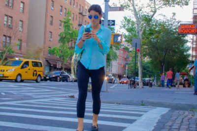 new-yorkers-prefer-to-look-cool-and-stylish-and-just-pretend-they-can-read-their-smartphone